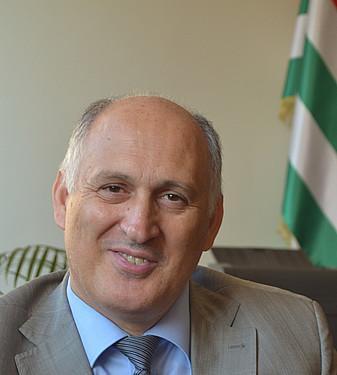 Abkhaziako atzerri ministroarekin elkarrizketa, independentziaz eta hizkuntzaz
