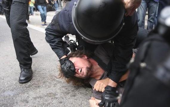 Mossoak gogor saiatu dira Bartzelonako Catalunya plaza husten, baina ez dute lortu
