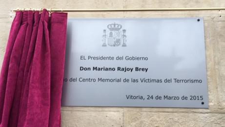 Rajoyk inauguratutako plaka kendu dute: euskaratzeko eta Vitoria-Gasteiz jartzeko