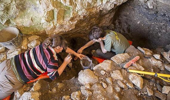 Erromatar garaiko aztarnak San Adriango koban