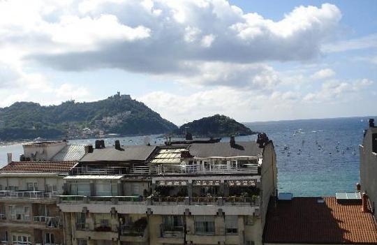 Donostiako Orly hotelean ostatu hartuta, Mediterraneoa ikusteko aukera