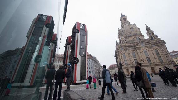 Siriako gerra salatzen duen eskultura honek ultraeskuindarren haserrea piztu du Dresdenen