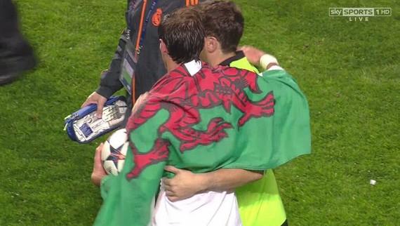 Gareth Bale Galesko dragoiarekin. Pentsaezina Illarra eta Alonso ikurrinarekin