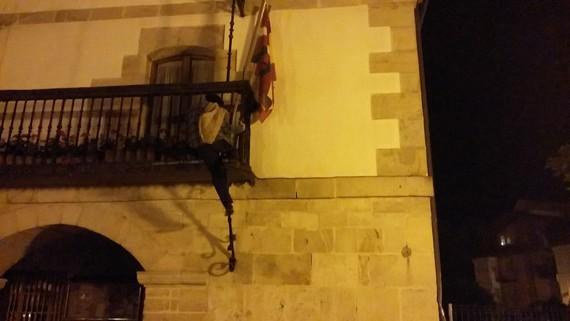 Olentzerok Espainiako bandera kendu du Zuiako udaletxetik
