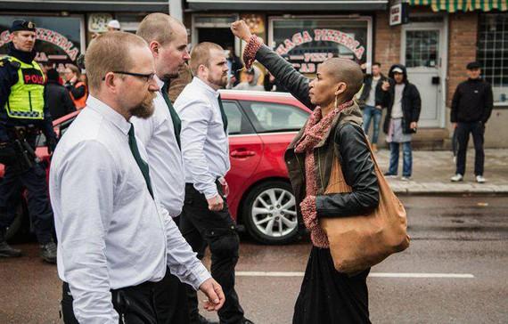 Munduari buelta eman dion argazkia: emakume beltz batek aurre egin die Suediako neonaziei