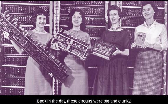 Konputagailuen funtzionatzeko eran murgilduz emakumezkoen eskutik