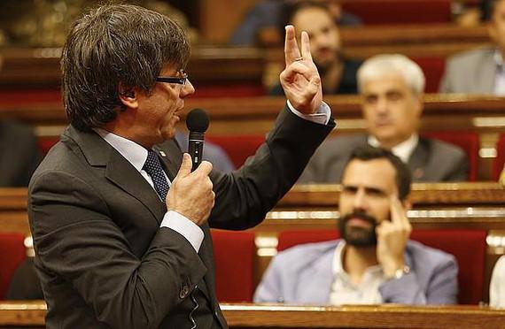 Katalunian onartu duten bide-orri konstituziogilea