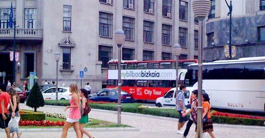 Iragarkia autobusetan, eta webgunerik ez