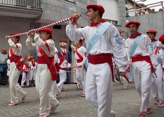 Emakumeak euskal dantza erritualetan: gertatzen ari da