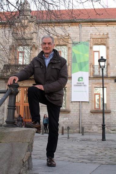 """Iñaki Martinez de Luna (Geu Elkartea): """"Hiztunen premiak ugari izanik, ezin da karta bakarrera jokatu"""""""