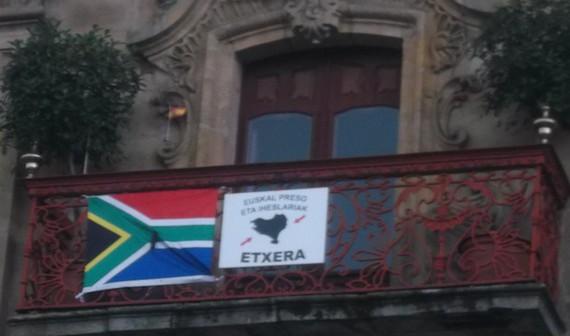 Espainiako bandera txiki-txikia jarri dute Oñatiko udaletxeko fatxadan