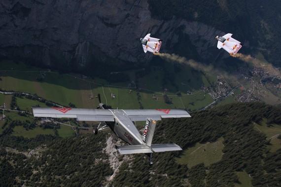 Jungfrau mendi tontorretik jauzi egin eta hegazkin baten barruraino (sic) hegan egin [BIDEOA]