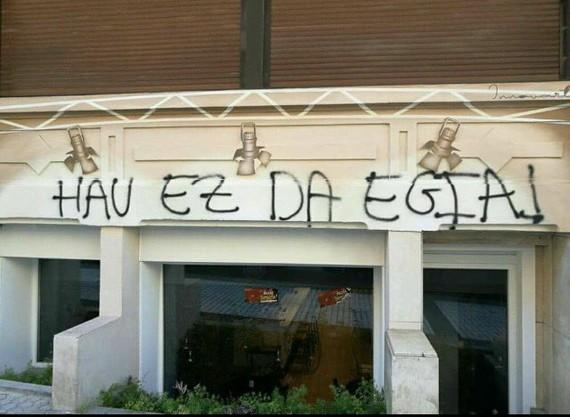 Udako zirauna Donostian: turismotik abiatuta, antzoki bat pintadaz markatzera