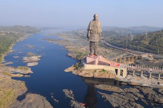 Giza-estatua handiena inauguratu da Indian