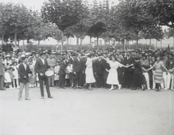 Emakumeak aurreskua dantzatzen 1921ean Santurtzin