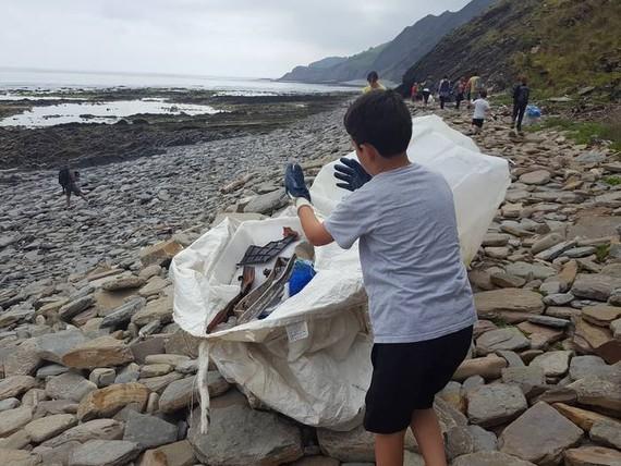 Deba eta Zumaia arteko flyschean plastikoak auzolanean garbitzeko deia