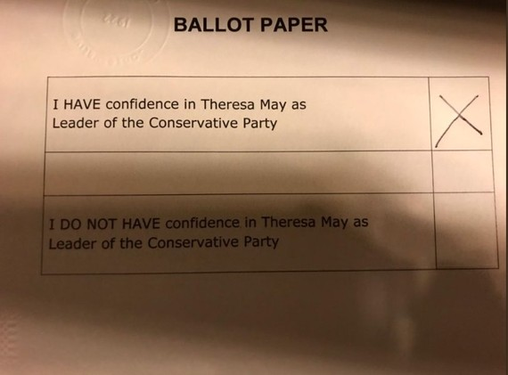 Theresa Mayk karguari eutsi dio, Westmisterreko ohitura bitxien prozedura jarraituz