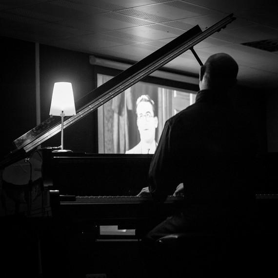 Film mutu baten emanaldia, pianojoleak musika zuzenean inprobisatuz