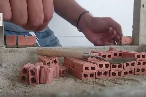 Mini-adreiluekin egindako etxetxoak, baina benetako arkitektura